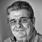 """Jesper Juul er familieterapeut, forfatter, stifter af det internationale netværk familylab og en af nutidens største pædagogiske teoretikere og praktikere. Sammen med psykologen Helle Jensen har han skabt og udviklet begrebet relationskompetence der i forbindelse med den ny skolereform er blevet en del af folkeskolens grundlag. Hans nyeste bog handler om agression. Det tyske magasin Die Zeit har kaldt ham """"Europas mest efterspurgte specialist i afslappet venlighed overfor børn og unge."""" jesperjuul.com"""