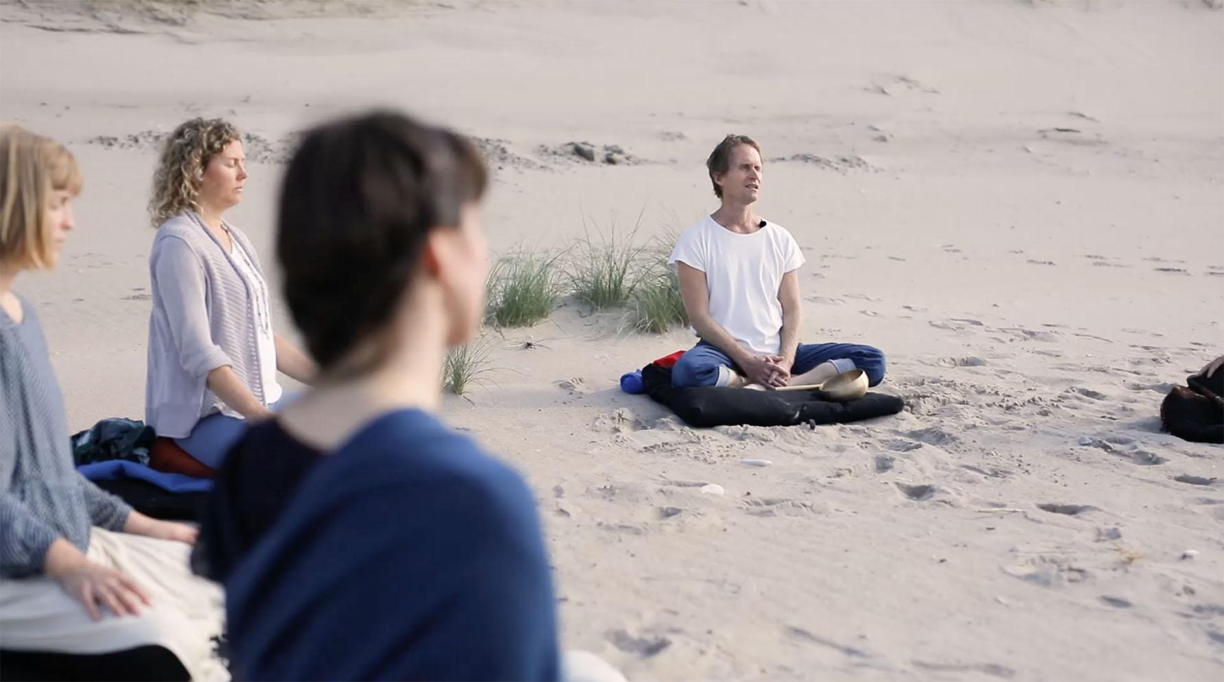 Still40_meditation med Peter på stranden