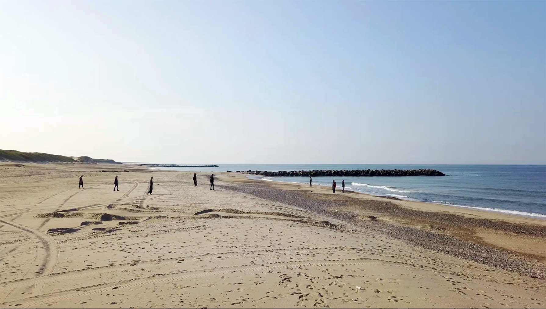 Still19_gående meditation på stranden